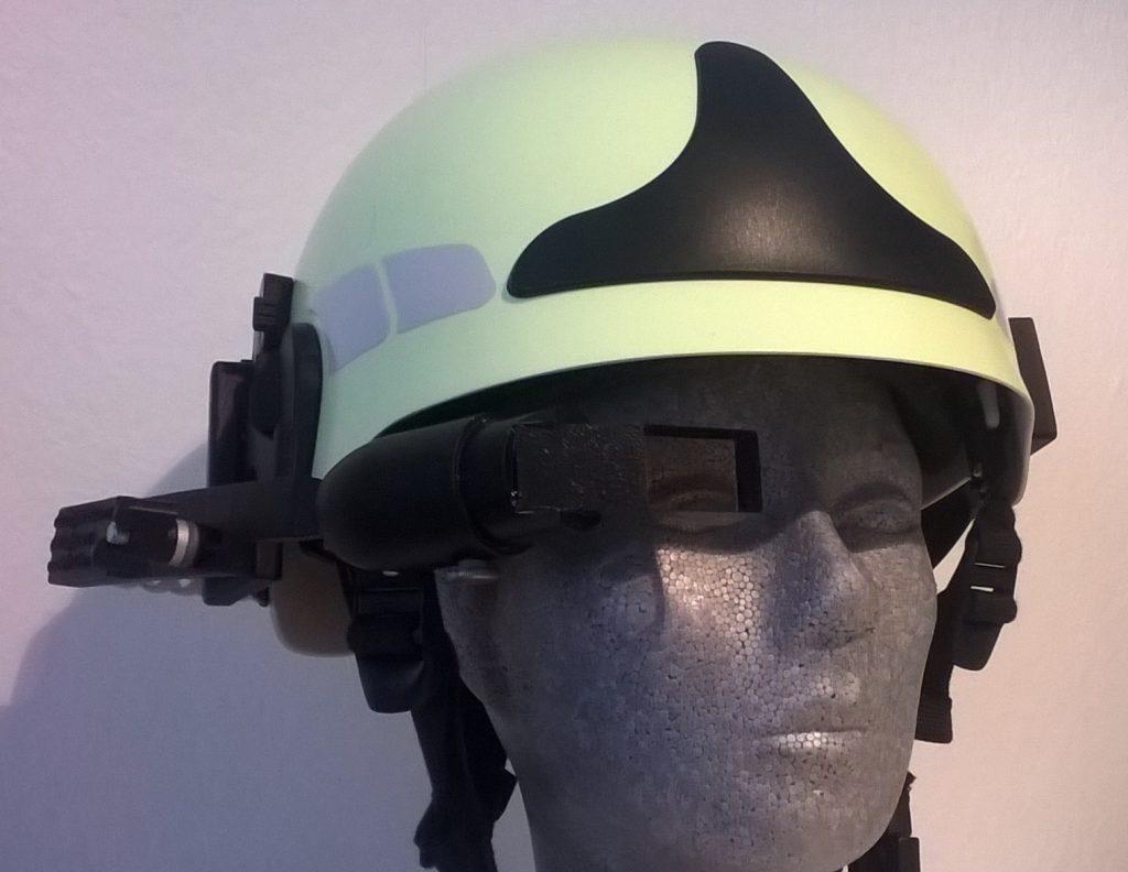Datenbrille an Feuerwehrhelm montiert