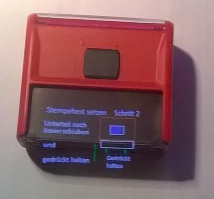 Im Bild werden die durch die Datenbrille überlagerten virtuellen Informationen auf ein reales Objekt dargestellt