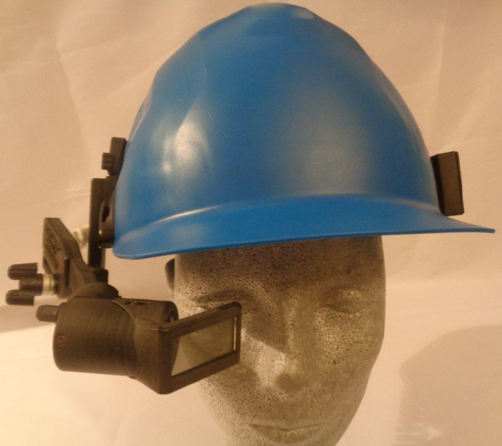 Datenbrille an Schutzhelm montiert