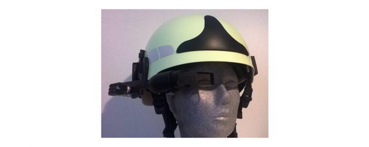 AR Datenbrille an Feuerwehrhelm befestigt