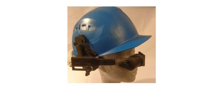AR Datenbrille an Schutzhelm befestigt